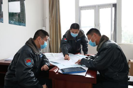 冯玮(中)和战友进行飞行前的准备工作。(资料图)