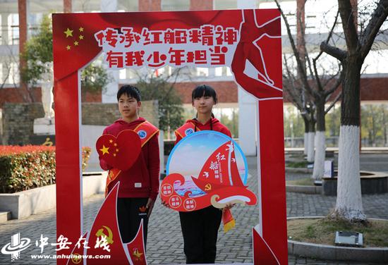 """图为合肥市师范附小开学典礼讲述""""红船精神"""""""