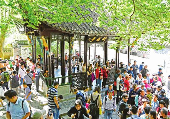 10月2日,大量游客进入琅琊山醉翁亭景点探古访幽,登山赏景。记者计成军摄