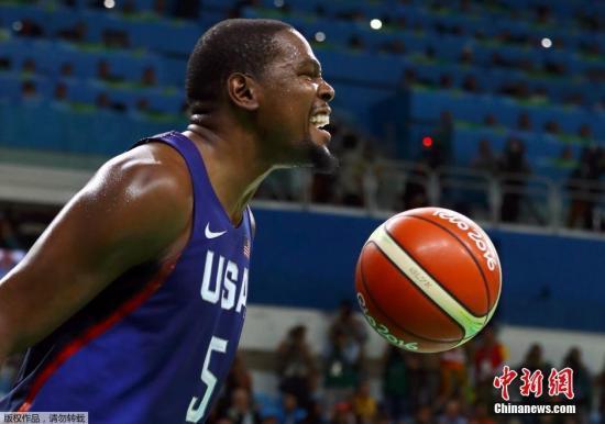 当地时间8月21日,2016里约奥运会男篮决赛结束争夺,最终美国男篮以96:66战胜塞尔维亚,获得冠军,杜兰特狂砍30分。图为杜兰特在比赛中。而就在不久之前,他被确诊感染新冠病毒。