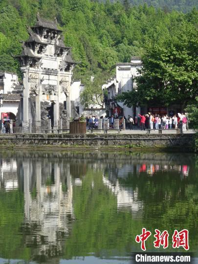"""世界文化遗产西递景区,""""五一""""小长假第二日游客如织。 吴寿宜 摄"""
