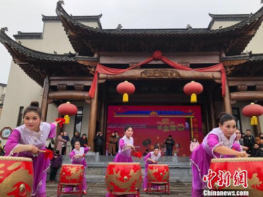 大年初一,在安徽省黄山市的黎阳古镇,演员进行民俗表演 余皓 摄