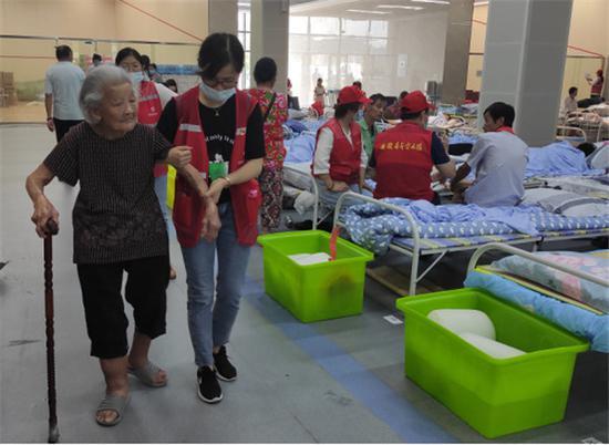 青年志愿者为老人提供服务 合肥市团委供图