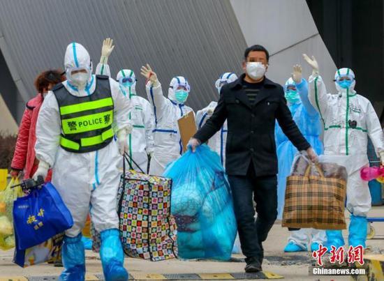 3月1日,武汉客厅方舱医院132人出院。中新社记者 张畅 摄
