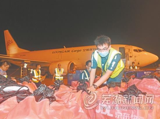 图为工作人员正在整理包裹。
