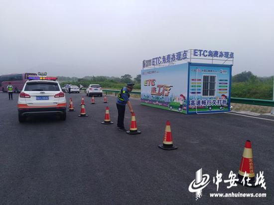 路政在办理点设置警告引导区、安全缓冲区、办理服务区和临时停车区等四个区域