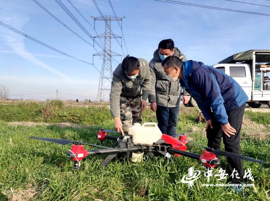 农技人员指导无人机喷洒农药