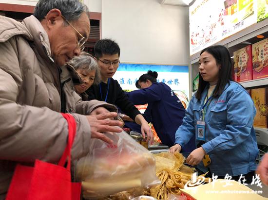 上海市民抢购淮南豆制品。