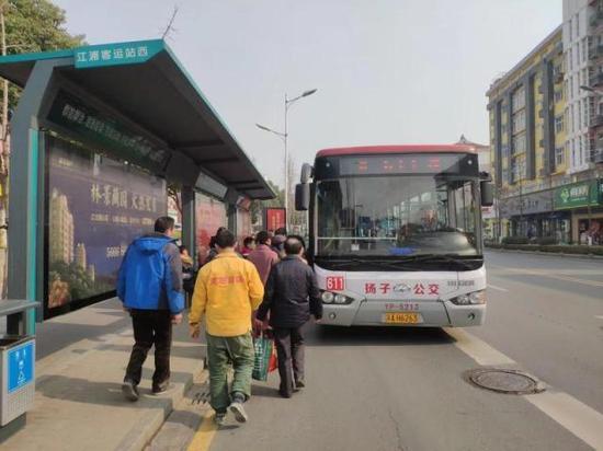 乘客搭乘前往宁滁换乘中心的611路。任俊锰 摄