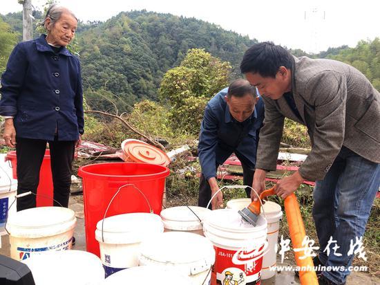 金寨县古碑镇,政府部门组织送水到村民家门口