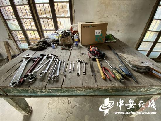 苏姚泵站的桌子上摆着各种维修工具