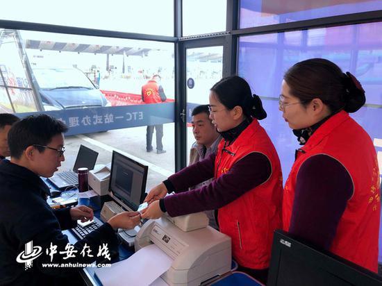 雍镇站宣传推广人员将车主引导至设置在该站广场上一站式办理点办理ETC