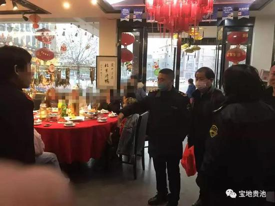图为胡勇芳(右三)在责令聚餐人员撤离现场