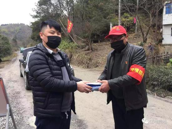 竹溪村一群众路过济公村卡点,主动捐赠口罩