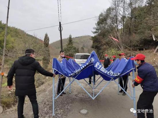 济公村村民范汉斌捐赠帐篷并帮忙搭建