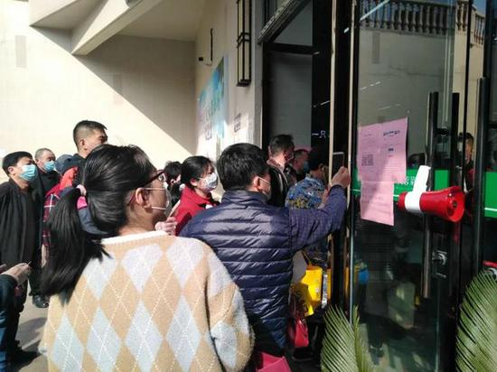 """合肥市一家菜市场门口,市民正在扫""""安康码""""进入。范孝东 摄"""