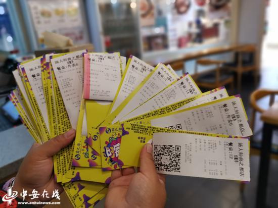 汤大师餐饮店的陈瑶向记者展示消费者用过的消费券