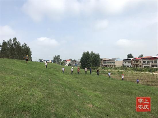 7月14日上午8时许,宿松县同马大堤华阳河农场三场段45号棚,值守人员正在巡堤查险