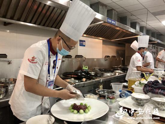 赛场上,选手们沉着冷静展现高超的厨艺。