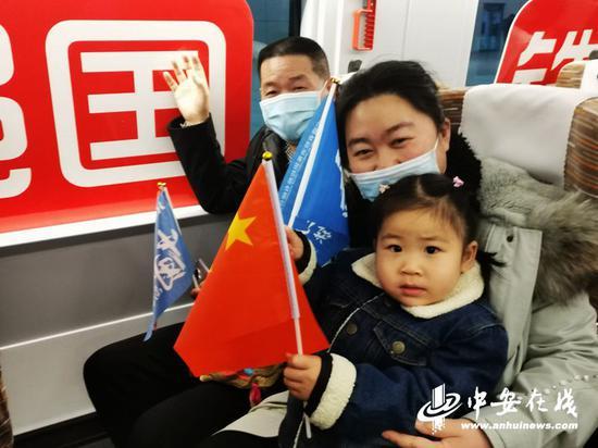京港高铁合肥至安庆段开通运营,合肥旅客争相出行,乘坐首列车去安庆旅游。(陆应果摄)