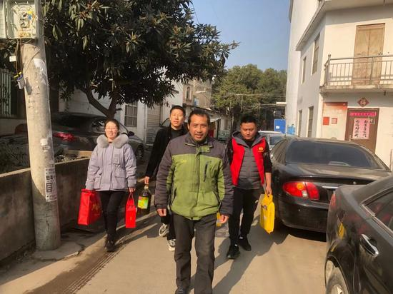 照山社区工作人员为辖区残疾人家庭送去春节物资