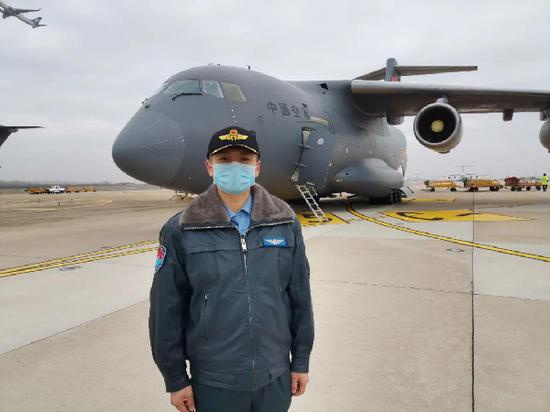 冯玮驾驶运-20军用运输机运送医护人员和物资驰援武汉。(资料图)