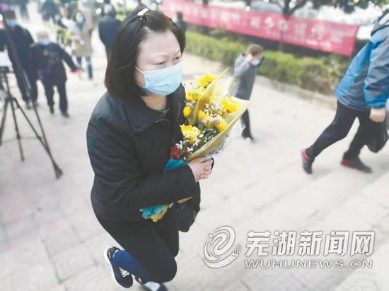 祭扫市民采用敬献鲜花的方式来缅怀亲人
