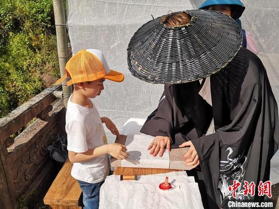 小朋友在齐云山体验砖拓技艺。 刘浩 摄