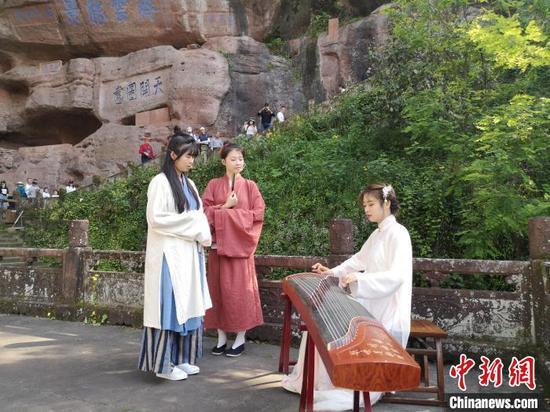 齐云山古装表演。 刘浩 摄