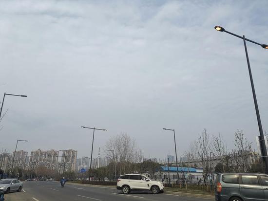 合肥翡翠路路灯白天集体大亮!市民:太浪费!