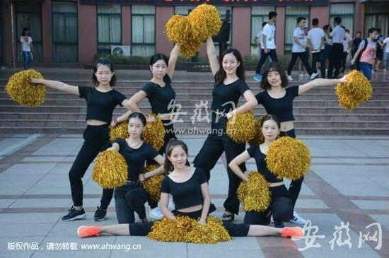 安徽工程大学体育学院的学姐们用健美舞姿摆出别样pose向新生展示活