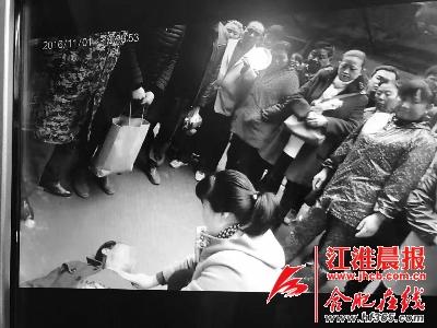周章萍抢救老人的现场视频截图