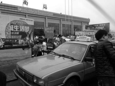 南门换乘中心的门口,不少出租车在慢慢等着拼客