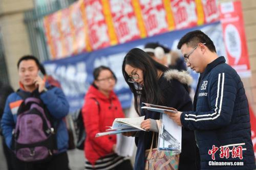 资料图:2016年11月27日,山西太原,参加2017年国家公务员考试的考生在考前紧张复习。中新社记者 韦亮 摄