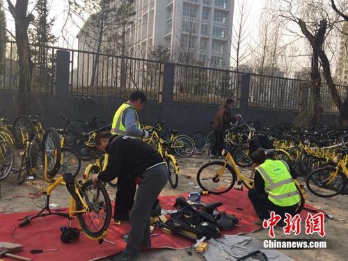 在北京某个共享单车维修点,修车师傅正在工作。中新网吴涛 摄