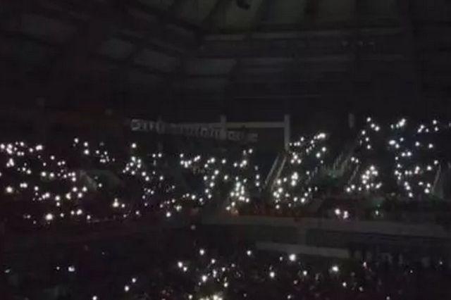 元旦晚会突然停电 数干学生亮手机唱校歌