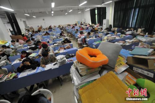 考生们为考试日夜坚守。张斌 摄