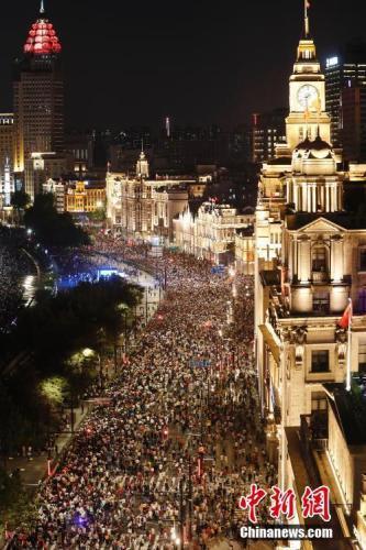 10月2日晚,上海外滩核心区域客流人数最高瞬时值达7.1万人。中新社记者 殷立勤 摄