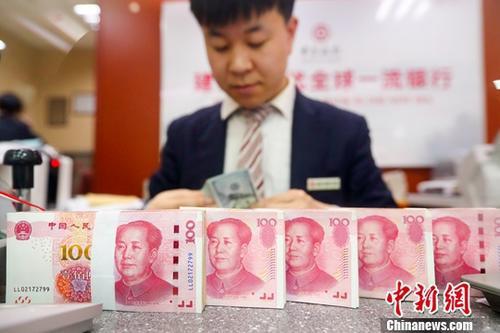 山西省太原市一银行工作人员清点货币。(资料图片)中新社记者 张云 摄