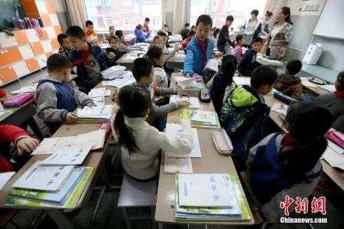 资料图:山西太原新建路小学的小学生们开始返校上课。