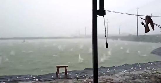 冰雹落入水塘激起不小的水花(视频截图)