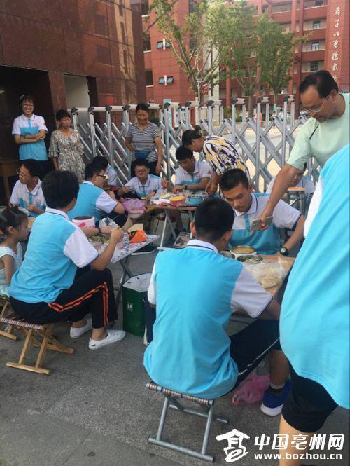 放学后,在校外匆忙吃饭的学生们