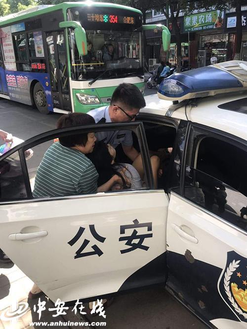 民警将其抱入警车