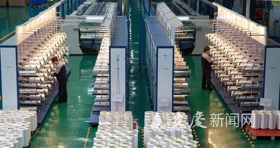 位于高新区安徽威亚新材料技术有限公司生产车间,员工正在生产超高分子量聚乙烯纤维。全媒体记者 江胜 通讯员 陈嵩 摄