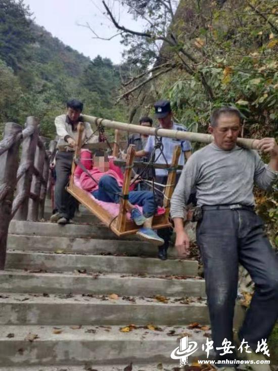 受伤女子被景区工人抬下山