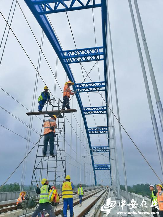 7月28日,合肥供电段组织青年骨干,在合安高铁肥西县境内上派特大桥上测量风摆动态极限绝缘距离,对接触网进行验收。(刘涛 摄)