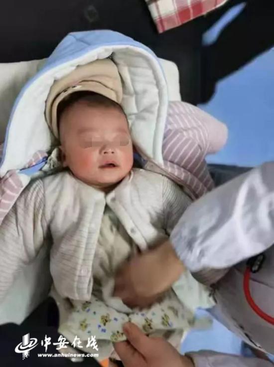 3个月大男婴被弃阜阳一公园 警方调监控寻婴儿父母: