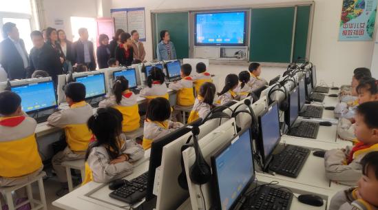 学生利用国家通用语言学习平台学习普通话