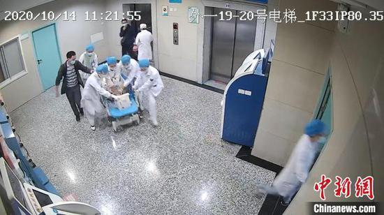 监控视频拍下医护人员抢救过程。安徽医科大学第一附属医院供图