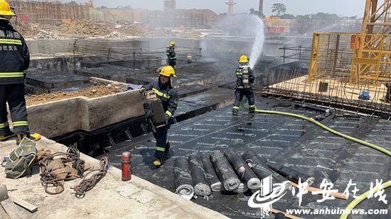 合肥一工地冒烟 消防员抱出12个煤气罐2